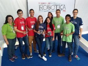 Alunos de robótica do Sesi testam robôs na autotech