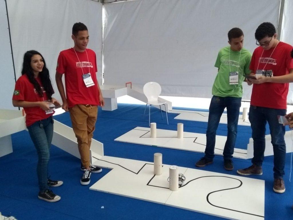 Robôs construídos pelos alunos Sesi disputam corridas na Autotech